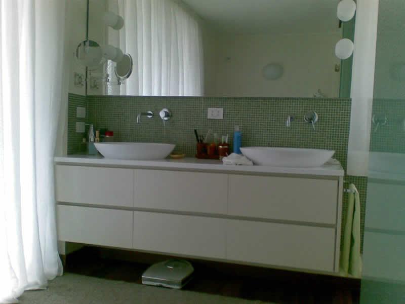 Mobili per arredo bagno realizzati in falegnameria su misura - Mobile bagno doppio lavello ...